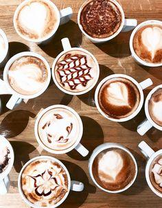 Latte art : comment faire du latte art, notre technique en vidéo DIY... Coffee Latte, My Coffee, Coffee Shop, Morning Coffee, I Need A Drink, Creative Coffee, Latte Art, Via, A Table