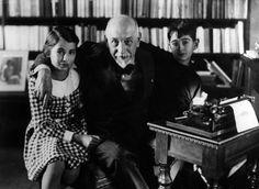 Ciò che noi conosciamo di noi stessi, non è che una parte, forse una piccolissima parte di quello che noi siamo. E tante e tante cose, in certi momenti eccezionali, noi sorprendiamo in noi stessi, percezioni, ragionamenti, stati di coscienza che son veramente oltre i limiti relativi della nostra esistenza normale e cosciente.    AA305940_    Luigi Pirandello, Italian dramatist, writer and poet, in his study in Via Bosio with two nephews. Rome, 1934 MONDADORI PORTFOLIO