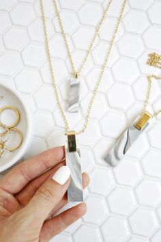 Love this DIY Jewelry Project! Marbled Clay Pendent Necklace DIY (click through for tutorial)