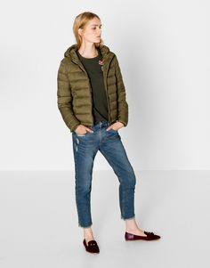 El año pasado fueron una de las grandes tendencias y este otoño invierno 2016 regresan con mucha fuerza. Las chaquetas acolchadas, como esta de Pull&Bear, te mantendrán calentita y vestirás con el máximo estilo.  https://ad.zanox.com/ppc/?39031773C40765729&ulp=[[http://www.pullandbear.com/es/es/mujer/cazadoras-c29015.html%23/100423249/CAZADORA%20B%C3%81SICA%20NYLON%20CAPUCHA?utm_campaign=zanox&utm_source=zanox&utm_medium=deeplink]] #pullandbear #chaquetas #army