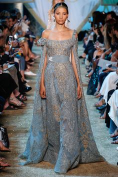 The complete Elie Saab Fall 2017 Couture fashion show now on Vogue Runway. Elie Saab Couture, Couture Mode, Style Couture, Couture Fashion, Runway Fashion, Fashion Show, Fashion Fall, Paris Fashion, Fashion Design