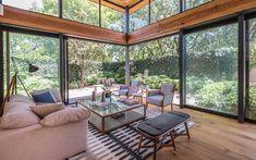 Madeira, vidro e um terraço de contemplação levam a uma convivência intensa com os jardins e árvores ao redor desta morada no México