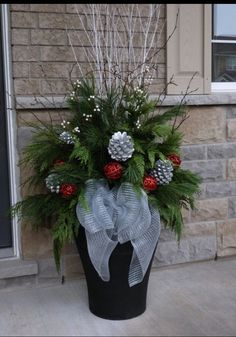 Christmas Decorations - Outdoor indoor christmas decor that are simply awesome 61 Christmas Urns, Indoor Christmas Decorations, Christmas Arrangements, Christmas Centerpieces, Christmas Projects, Winter Christmas, Christmas Home, Christmas Wreaths, Halloween Decorations
