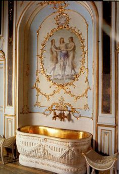 golden bath tub of HM Queen Maria Carolina of Naples and Sicily, daughter of Empress Maria Theresa and sister of Marie Antoinette Chateau Versailles, Palace Of Versailles, Rococo, Baroque, Marie Antoinette, Style Français, French Style, Boho Home, Beautiful Bathrooms