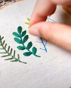 Simple Embroidery Designs, Hand Embroidery Patterns Flowers, Hand Embroidery Videos, Embroidery Stitches Tutorial, Embroidery On Clothes, Learn Embroidery, Embroidery Techniques, Ribbon Embroidery, Shirt Embroidery