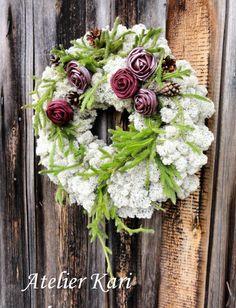 Atelier Kari naturdekorasjoner og kranser: Å minnes mine. Floral Wreath, Creations, Wreaths, Home Decor, Atelier, Flowers, Decoration Home, Room Decor, Bouquet