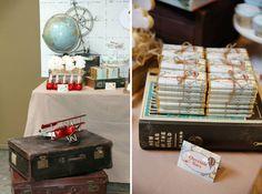 Vintage Party-Dekoration mit alten Reisekoffern und einem alten Globus