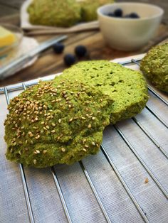 Delicious spinach bread rolls for a luxury weekend breakfast. Best low carb bread recipe so far! Grain-free, gluten-free and nut-free --> Best Low Carb Bread, Lowest Carb Bread Recipe, Keto Bread, Bread Baking, Sin Gluten, Gluten Free, Peanut Free Snacks, Low Carb Recipes, Vegan Recipes