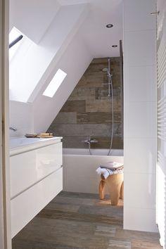 Stoere sloophout tegels in de badkamer gecombineerd met wit