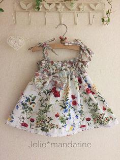 華やかなフローラルボタニカルプリントと小花柄生地を合わせてお作りした4ウェイリボン付きワンピース&スカートです。肩紐は長さ調節出来ますのでお子様の成長に合わせて長くご着用いただけます。紐を中に隠せはウエストクシュクシュスカートとしても着用出来ますリボンを...