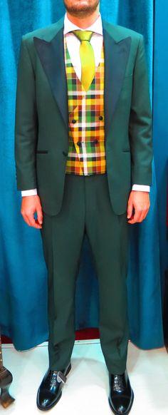 Traje confeccionado en tejido Scabal 100% lana fria, verde oscuro con solapa de pico a contraste en negro, chaleco de cuadros en tonos amarillo, verde y negro. Corbata verde tornasolada. #sastrería #moda #granada #spain #amedida #traje #smoking #hombre #tendencia #original #calidad #bespoke #men #inspiration #menswear  #caballero #suit #jacket #green #verde #novio #novios #ceremonia  www.lacolonial.eu