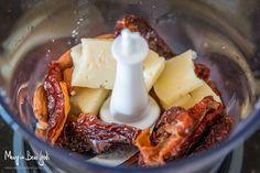 Questo saporito primo piatto è una valida alternativa alla tradizionale pasta al pesto alla genovese e si prepara in pochi minuti. I pomodori secchi donano al pesto una nota dolce che crea un delizioso contrasto con l'aroma piccante del pecorino, la granulosità delle mandorle tritate ed il sapore deciso dell'olio