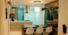 Sala de jantar com mesa ampla e lustre de vidro