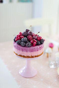"""Eine nicht nur irre hübsche, sondern auch köstliche Beeren-Eistorte, die man jetzt toll mit frischen Früchten machen kann – aus dem neuen Buch """"Fräulein Klein lädt ein – Backzauber und Dekolust für jeden Anlass"""""""