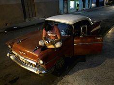 """Canvas - O fotógrafo carioca Luiz Frotta retratou a chegada dos pontos públicos de acesso ao wi-fi em Havana, Cuba, em 2015. O ensaio """"Wi-Fi: Another Revolution in Cuba"""" (2015) é um dos selecionadio do festival Paraty em Foco 2015#serafina90"""