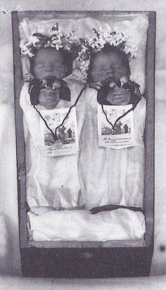 Victorian post mortem photography may seem strange, but for some families it was… Victorian Photos, Victorian Era, Old Pictures, Old Photos, Time Pictures, Memento Mori, Photographie Post Mortem, Vintage Photographs, Vintage Photos