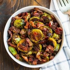 Maple Bacon Brussels Sprouts {Easy and DELICIOUS} – WellPlated.com Maple Bacon Brussel Sprouts, Roasted Sprouts, Sprouts With Bacon, Brussels Sprouts, Sprout Recipes, Vegetable Recipes, Veggie Dishes, Food Dishes, Sugar Free Maple Syrup