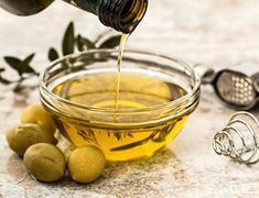 Olive oil health benefits-a bowl of olive oil with green olives nearby Aloe Vera For Face, Aloe Vera Face Mask, Omega Fettsäuren, Olive Oil Benefits, Keto Vegan, La Constipation, Home Remedies For Hair, Cooking Oil, Camping Cooking