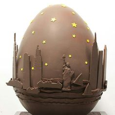 Here's a look at the Haute Couture Easter Eggs created by chefs, artists, designers and photographers for the annual Fabergé Big Egg Hunt in New York City. Giant Chocolate, Easter Chocolate, Chocolate Art, Chocolate Molds, Homemade Chocolate, Big Easter Eggs, Chocolates, Expensive Chocolate, Chocolate Showpiece