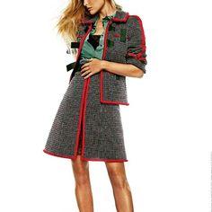No todos los trajes chaquetas son aburridos. Este es de Chanel. Lo verás en marzo en @elle_spain .