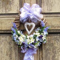 věnec hortenzie a levandule proutěný věneček zdobený umělou hortenzií a dřevěným srdcem z organzovou stuhou průměr = 33cm