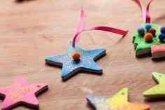 Lo prometido es deuda y aquí está una de las actividades que os propongo para decorar la casa en Navidad. En esta ocasión os voy a mostrar como hemos hecho Marc y yo nuestros adornos para el árbol de Navidad. No son unos adornos muy comunes ya que los colores que relacionamos normalmente con la … Christmas Ornaments, Holiday Decor, Creativity, Colors, Classroom, So Done, Manualidades, Christmas Jewelry, Christmas Ornament