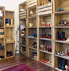 Quer um closet bom, bonito e barato para chamar de seu? Compre caixotes de madeira, empilhe-os no quarto e pronto, seu closet de sapatos personalizado. Para deixar ainda melhor, dê um acabamento com uma cor que combine com o quarto ou, se preferir, apenas uma camada de verniz para ressaltar. Prático, fácil e bem funcional para acomodar os sapatos.