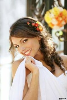Trucco solare e capelli impreziositi per la sposa