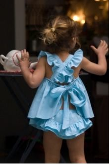 Pinafore dress B Little Girl Gowns, Cute Little Girl Dresses, Toddler Girl Dresses, Flower Girl Dresses, Kids Dress Patterns, Baby Clothes Patterns, Baby Girl Fashion, Kids Fashion, Diy Clothes Life Hacks