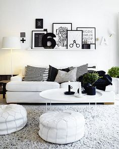 Boven bed of bank een plank met mooie gematchte producten