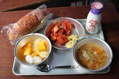 Okayama Maniwa|岡山(おかやま) 真庭(まにわ)|なつかしの学校給食 | 旧遷喬尋常小学校でなつかしい学校給食を味わうことができます。 実施日:平成25年4月、5月、6月、10月、11月の土、日、祝日 時間:12:00~(受付11:30~) 料金:800円(要予約) ※献立は半月ごとに変わります。