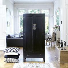 Armoire en bois d'acajou noir 180 Thaki black TIKAMOON : prix, avis & notation, livraison.  Découvrez cette armoire en acajou noir de la marque Tikamoon !Succombez au charme des cette élégante armoire en bois d'acajou, son charme réside dans sa teinte noire qui lui confère un style ethnique et oriental.Véritable meuble de rangement, cette armoire ethnique se compose de 2 portes ouvrant sur 3 étagères a...