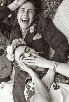 Me enseñó muchas cosas y aprendí mucho, y sin presumir de nada; ¡Agarré el cielo con las manos, con cada palabra, cada mañana! Frida Kahlo & Chavela Vargas