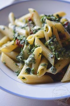 Pasta with spinach, blue cheese and dried tomatoes - Nasze obiady - Makaron Pasta Recipes, Cooking Recipes, Healthy Recipes, Spinach Pasta, Dried Tomatoes, Blue Cheese, Pasta Salad, Food And Drink, Dishes