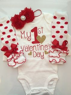 Baby Girl Outfit Baby Valentines Day outfit by AboutASprout Baby Mädchen Outfit Baby Valentinstag Outfit von AboutASprout Valentine Shirts, Kinder Valentines, Valentines Day Baby, Valentines Outfits, Holiday Outfits, Valentine's Day Outfit, Outfit Of The Day, Baby Girl Valentine Outfit, Valentinstag Shirts