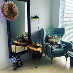 Piękny stolik zrobiony z jesionu nadaje tej nowoczesnej sypialni ciepłego, przytulnego, skandynawskiego stylu Accent Chairs, Furniture, Home Decor, Upholstered Chairs, Decoration Home, Room Decor, Home Furnishings, Home Interior Design, Home Decoration