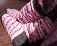 Helemenkerrääjä puikkoviidakossa: Varret rutussa Knitting Socks, Leg Warmers, Plaid Scarf, Gloves, Knit Socks, Sock Knitting, Mittens