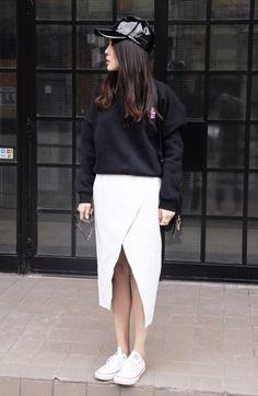 Cher Bai usando Saia com Fenda e Boné de Verniz
