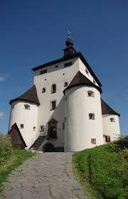 """Leányvár. A 10-es út áthalad a településen, vonattal pedig a Budapest-Esztergom vonalon érhetjük el. A település határában a XIII. században a margitszigeti apácáknak volt birtokuk, jóval később apácakolostort építettek ide a budai klarisszák.  A """"leány"""" talán így kerülhetett a község nevébe. A németajkú lakosság Leinwarként emlegeti, és máig őrzi hagyományait. Medieval Castle, Historical Architecture, Budapest Hungary, Old Buildings, Homeland, Countryside, The Good Place, Palace, Travel Destinations"""