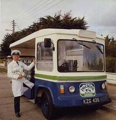 Remember the days when we had a milkman Ireland Pictures, Old Pictures, Old Photos, Vintage Photos, Old Commercials, Antique Trucks, Ireland Homes, Dublin City, Camping Gifts