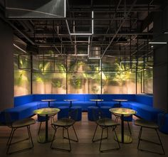 A polished metal counter and tabletops reflect light throughout the space to create a sense of speed and dynamism. To create intimacy, distinct seating areas were created through the addition of permeable metal meshes and light strips. The partitions lend a degree of privacy, without compromising openness.
