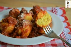 Le polpette di ricotta allo zafferano possono essere consumate come un primo piatto, non è nient' altro che il ripieno dei ravioli senza la pasta