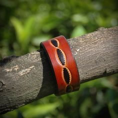 Leather bracelet handmade in Italy. Large, with decoration in two colors. Leather Fringe, Leather Craft, Italy, Trending Outfits, Decoration, Unique Jewelry, Colors, Bracelets, Handmade Gifts