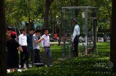 北京(Beijing)で、エアコンが完備された箱形でガラス製の監視所の中から複合商業施設を監視する警備員(2014年8月12日撮影)。(c)AFP/Greg BAKER ▼14Aug2014AFP|360度丸見え!エアコン付きの監視スペース、北京 http://www.afpbb.com/articles/-/3022969 #Beijing