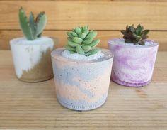 Aprenda como fazer vaso de cimento em casa para decorar, presentear e vender. Se inspire nesse artesanato fantástico e confira diversas peças criativas! Planter Pots, Glow, Crafts, Minecraft, Bedroom, Popsicle Stick Crafts, Stone Crafts, How To Make Crafts, Tires Ideas