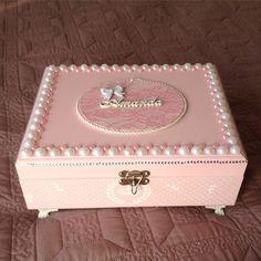 Mais uma caixa porta maquiagem ,com espelho, em Mdf ,toda rosa com branco, detalhes perolas e strass. Essa é para uma pré-adolescente , porque elas já conhecem o poder da maquiagem e já querem ter tudo bonito e organizado…