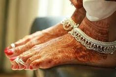 Bride with Henna decoration and Silver Anklets and Toe rings. Silver Anklets Designs, Anklet Designs, Mehndi Designs, Leg Chain, Ankle Chain, Isadora Duncan, Anklet Jewelry, Wedding Jewelry, Chennai