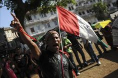 Grupos de indígenas panameños que exigen suspender la construcción de una hidroeléctrica en el occidente de Panamá se enfrentaron hoy con piedras a la Policía, que los repelió con gases lacrimógenos, sin que hasta ahora haya reportes de heridos o detenidos.