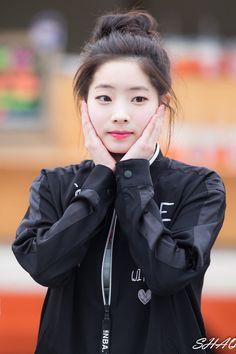 Dahyun - Twice Kpop Girl Groups, Korean Girl Groups, Kpop Girls, Nayeon, Rapper, Warner Music, Sana Momo, Twice Once, Twice Dahyun