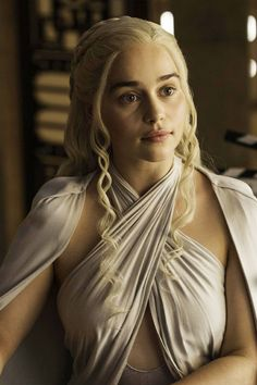 Emilia Clarke as Khaleesi (Daenerys Targaryen), Game of Thrones, HBO Game Of Thrones Khaleesi, Arte Game Of Thrones, Game Of Throne Daenerys, Khal Drogo, Game Of Trone, Emilia Clarke Daenerys Targaryen, Daenerys Targaryen Aesthetic, The Mother Of Dragons, Actrices Sexy